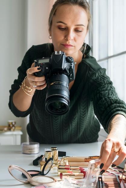 Blogueiro de beleza tirando foto de cosméticos Foto gratuita