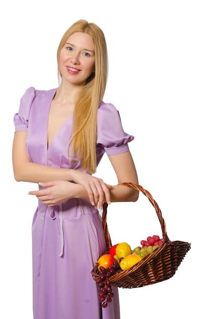 Blondie mulher segurando cesta com frutas isoladas Foto Premium