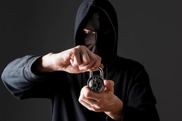 Bloqueio de exploração hacker masculino Foto gratuita