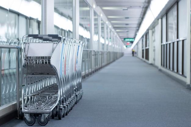 Boardway de espaço vazio no terminal do aeroporto Foto Premium