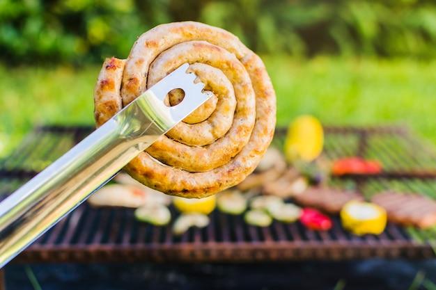 Bobina de salsicha grelhada ao ar livre Foto gratuita