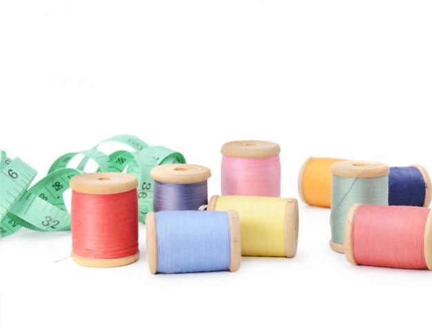 Bobinas multicoloridos das linhas da abundância isoladas. atelier, acessórios de costura Foto Premium