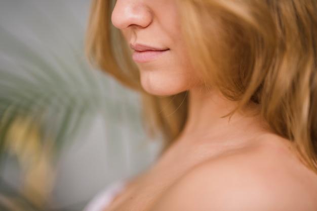 Boca da menina loira Foto gratuita