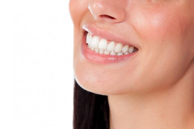 Boca de mulher sorridente com grandes dentes Foto Premium