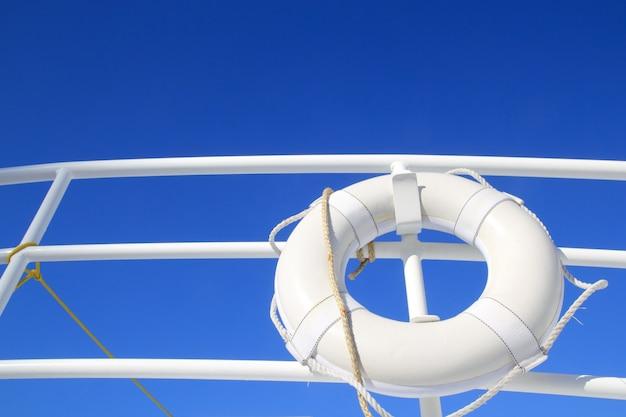 Bóia de barco branco enforcado em trilhos de verão céu azul Foto Premium