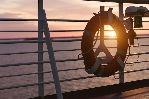 Bóia de vida em um navio de cruzeiro Foto Premium