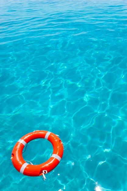 Bóia laranja flutuando na praia tropical perfeita Foto Premium
