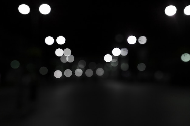 Bokeh branco acende-se em fundo preto Foto gratuita