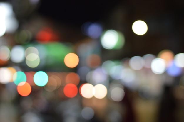 Bokeh das luzes da rua e carro à noite. Foto Premium