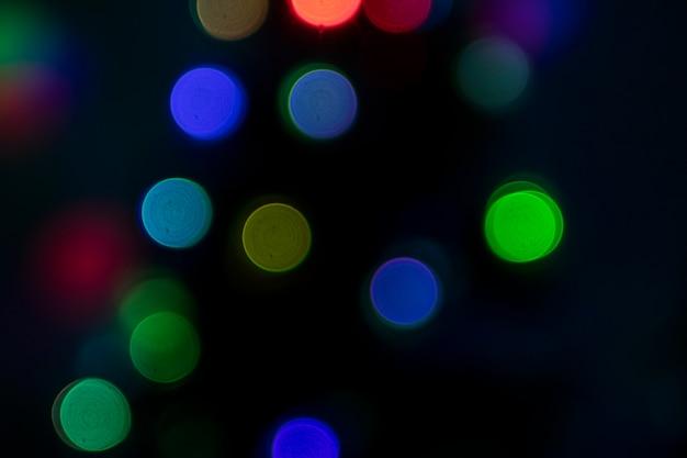 Bokeh multicolorido em fundo escuro Foto gratuita