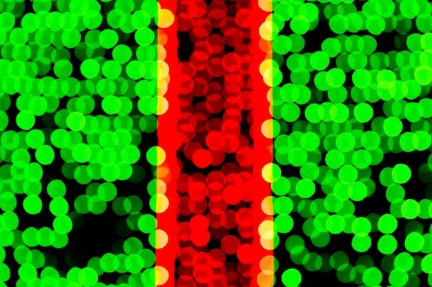 Bokeh verde e vermelho abstrato unfocused no fundo preto. Foto Premium