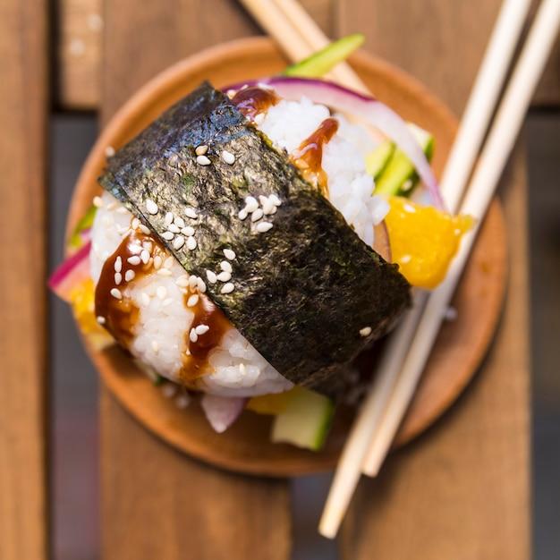 Bola de arroz com nori e legumes Foto gratuita