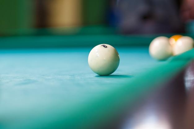 Bola de bilhar branca em cima da mesa, clube de bilhar Foto Premium