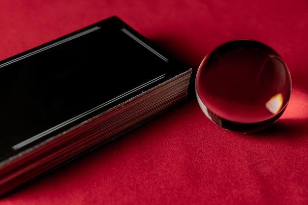 Bola de cristal com cartas de tarô para cartomante. conceito mágico divino Foto Premium
