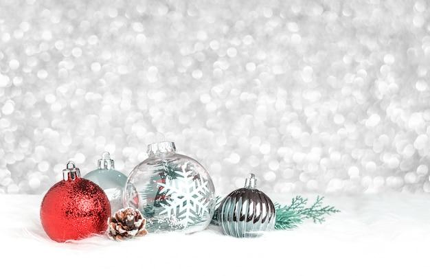 Bola de decoração de natal na pele branca em prata bokeh de fundo claro Foto Premium