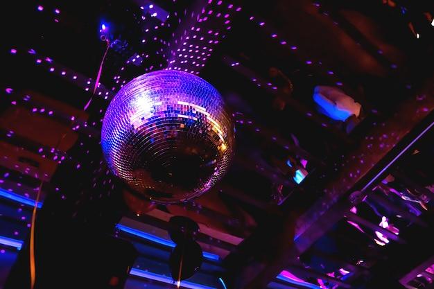 Bola de discoteca de espelho roxo brilhante Foto Premium