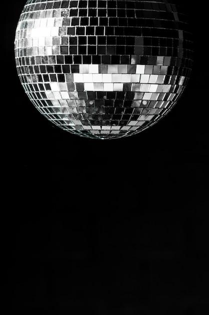 Bola de discoteca elegante com espaço de cópia Foto gratuita