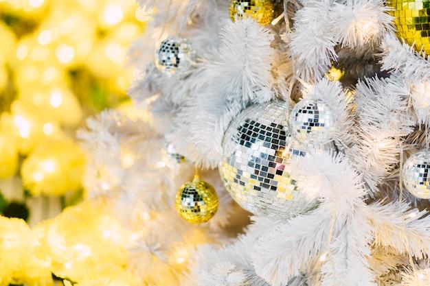 Bola de espelhos na árvore de natal Foto gratuita