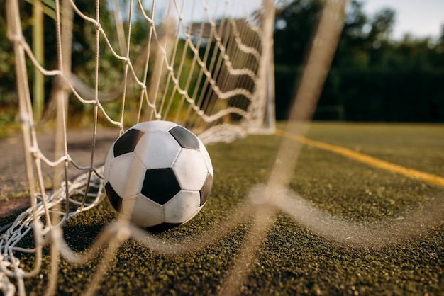 Bola de futebol na rede do portão Foto Premium