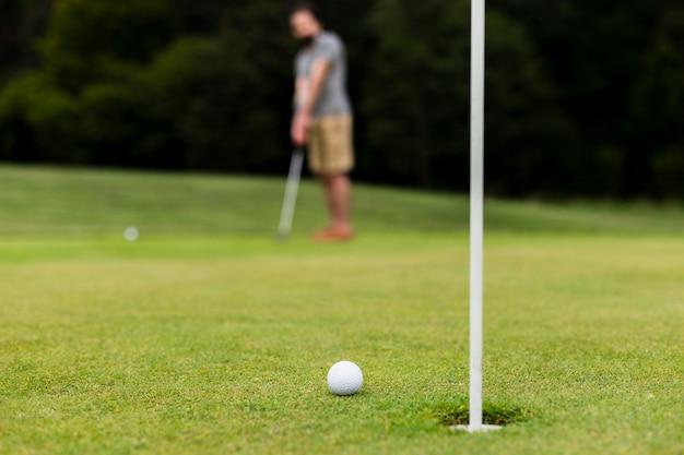 Bola de golfe close-up na grama Foto gratuita