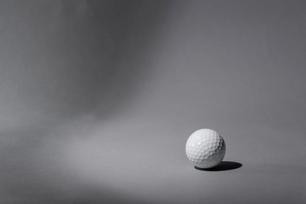 Bola de golfe de alto ângulo Foto gratuita