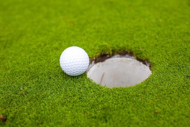 Bola de golfe ir para o buraco Foto Premium