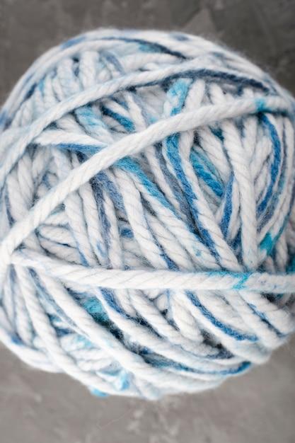 Bola de lã branca e azul Foto gratuita