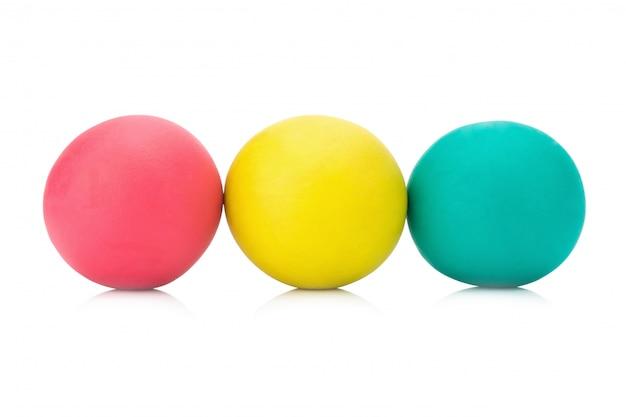Bola de massinha de plasticina três vermelho amarelo verde sobre fundo branco closeup Foto Premium