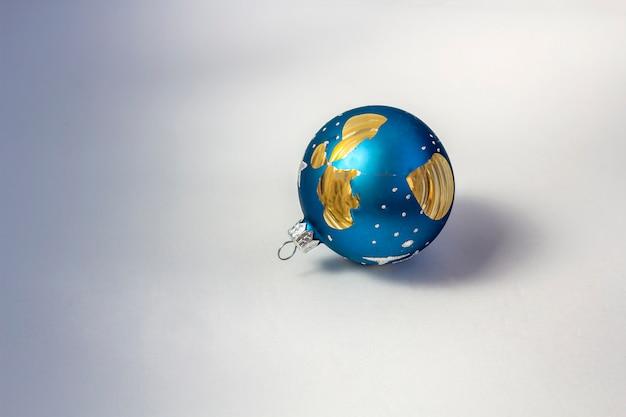 Bola de natal azul quebrada em fundo branco como um símbolo de esperanças quebradas, perda, decepção Foto Premium