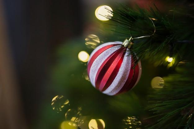 Bola de natal colorida de close-up Foto gratuita