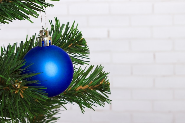 Bola de natal pendurada na árvore de natal Foto Premium