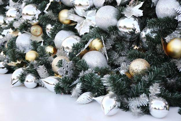 Bola de natal pendurar no fundo de festa de ano novo de pinheiro verde. Foto Premium