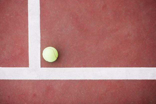 Bola de tênis vista superior na esquina no campo Foto gratuita