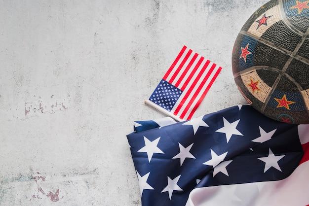 Bola e bandeiras americanas Foto gratuita