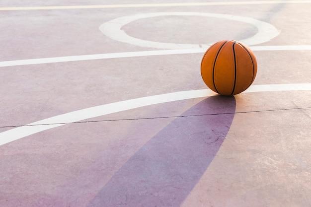 Bola na quadra de basquete Foto gratuita