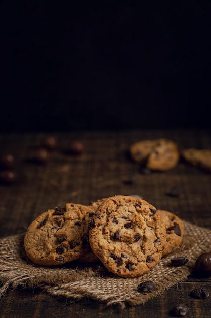 Bolachas com pepitas de chocolate no tecido de serapilheira Foto gratuita