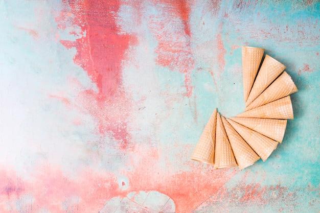 Bolachas de sorvete em branco sobre fundo colorido Foto gratuita