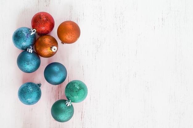 Bolas coloridas enfeite de natal. bola vintage decorativa para árvore de natal. layout plano criativo e vista superior. Foto Premium
