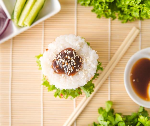 Bolas de arroz de close-up com sementes de gergelim Foto gratuita