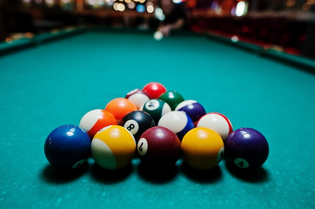 Bolas de bilhar em uma mesa de bilhar Foto Premium