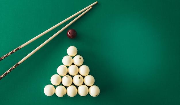 Bolas de bilhar russo, taco, triângulo, giz sobre uma mesa. Foto Premium