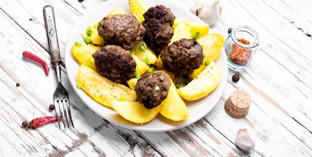 Bolas de carne com batatas assadas Foto Premium