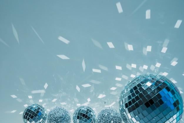 Bolas de discoteca e bolas de enfeite com vislumbres Foto gratuita