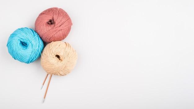 Bolas de fio de lã com espaço de cópia Foto gratuita