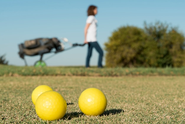 Bolas de golfe em close-up Foto gratuita