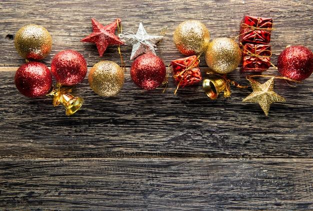 Bolas de natal, caixas de presente, estrelas e sino Foto Premium
