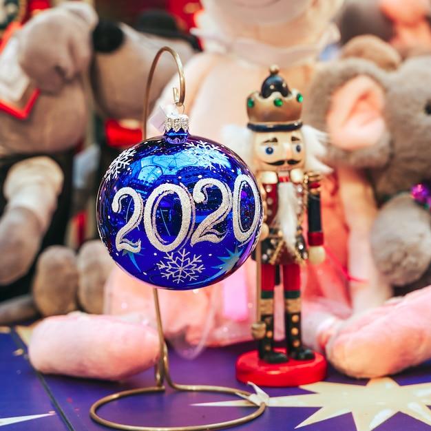 Bolas de natal no balcão da loja 2020 ano Foto Premium