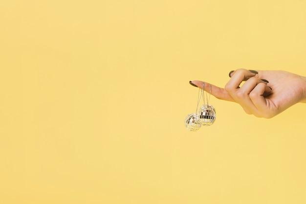Bolas de natal penduradas à mão com espaço de cópia Foto gratuita