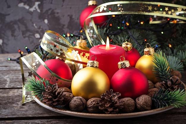 Bolas de natal vermelhas e douradas na placa. foco seletivo Foto Premium