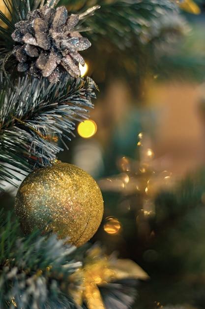 Bolas de ouro e cones na árvore de natal Foto Premium